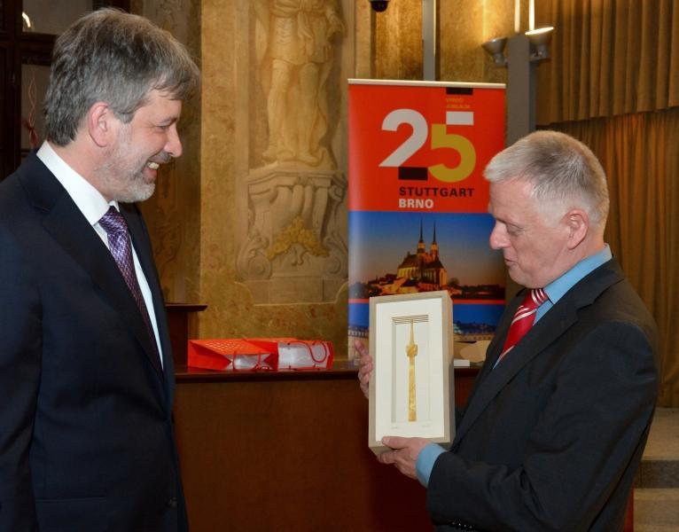 OB Fritz Kuhn (rechts) überreicht Primator Roman Onderka einen vergoldeten Fernsehturm im Neuen Rathaus in Brünn Foto: Stadt Brünn